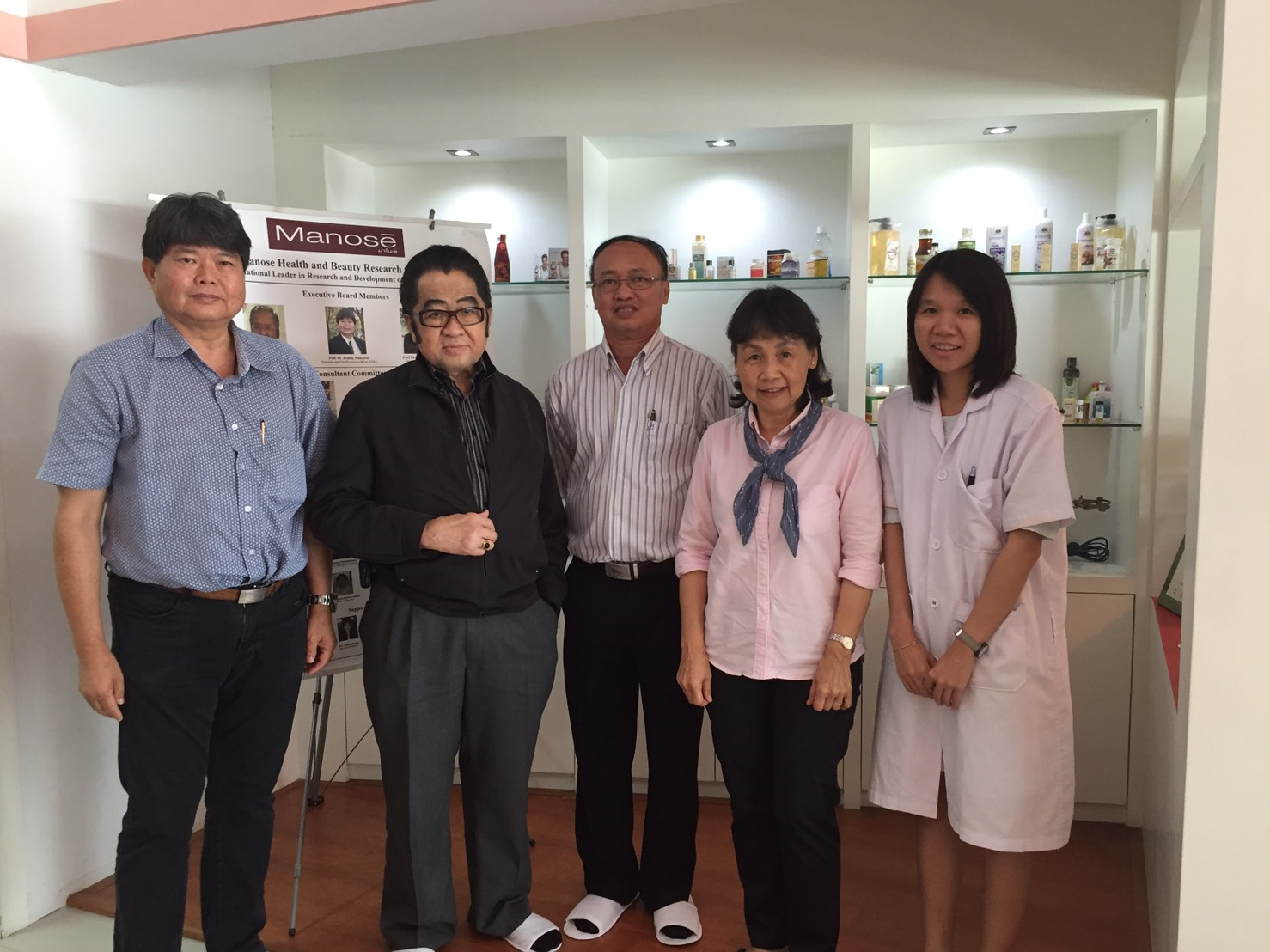 Mr. Somneuk Suchaitanawanich (Director, Herb and Thai Traditional Medicine Division) and Dr. Surapong Ambhanwong (Vice Director of Phyathai Hospital executive members) have visited Manose Health and Beauty Research Center