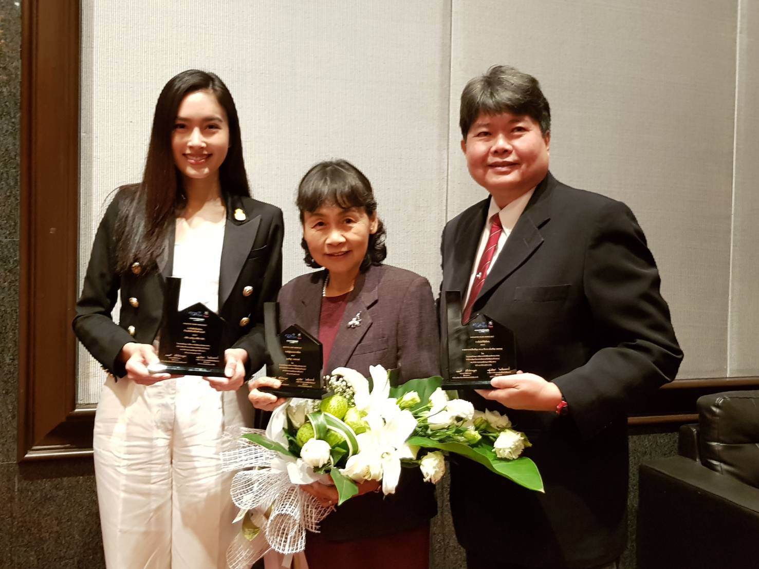The Board Committee of Manose Health and Beauty Research Center and the research team have received the awards for the outstanding research awards team and the outstanding creative product of the year 2017 of the Thailand Research Fund (TRF) and National Science and Technology Development Agency (NSTDA)