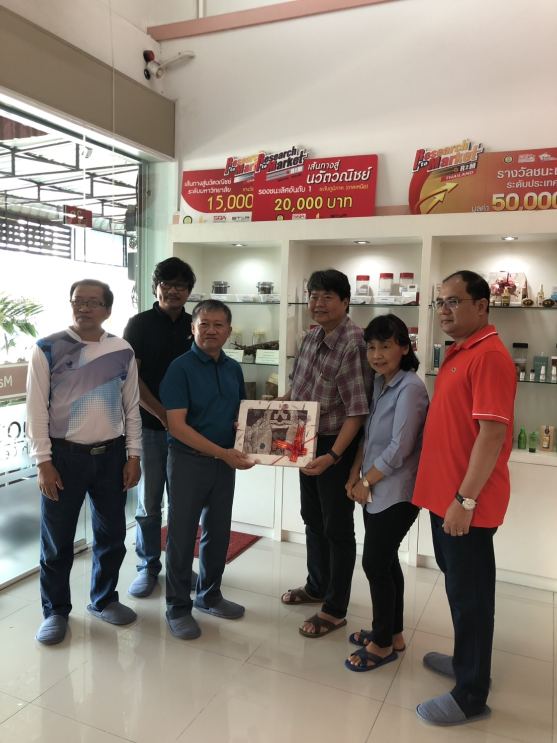 Mr. Sawet Tachumpa, the assistant to the vice – president of North – Chiang Mai University has brought Nonghai group from Laos People's Democratic Republic to visit Manose Health and Beauty Research Center
