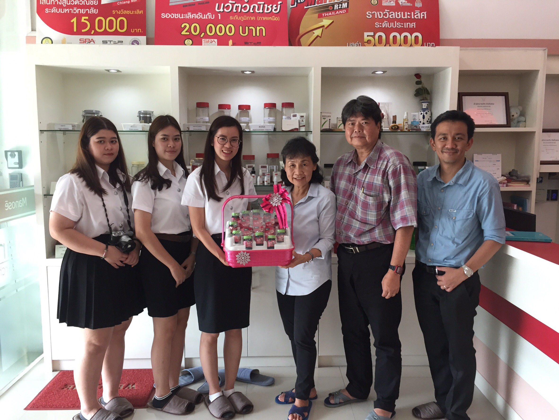 Dr.Theerapong Tangjai together with three first year students in the Pharmacy Orientation Course from Faculty of Pharmacy, Payap University in Chiang Mai have visited and interviewed the executives, pharmacists and researchers of Manose Health and Beauty Research Center.
