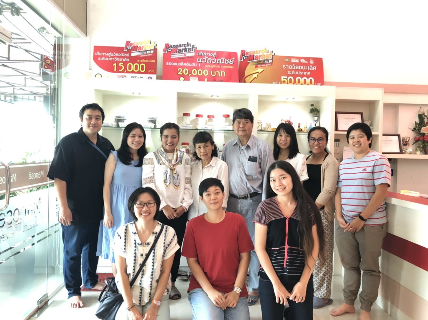 "Miss Pimphida Vidchayapimjura from the Project Coordination Office of ""The Product Development Innovative House"" under Thailand Science Research and Innovation (TSRI) and her team together with Mr. Piyadej  Ganlayanamit, Chiang Mai Fresh     Co., Ltd. have visited and discussed on the progress of Mahachanok Mango Project at Manose Health and Beauty Research Center."