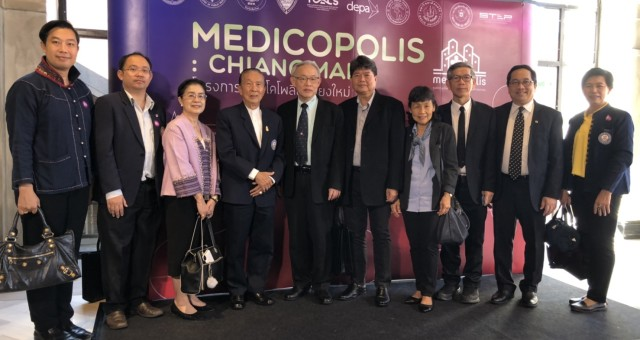 Professor Dr. Jiradej Manosroi and Professor Dr. Aranya Manosroi have participated in the Vej Nakorn Project (Medicopolis) MOU signing ceremony at Nimmam Convention Center – One Nimman, Chiang Mai, Thailand.ศาสตราจารย์ ดร.ภก. จีรเดช มโนสร้อย และ ศาสตราจารย์ ดร.ภญ. อรัญญา มโนสร้อย เข้าร่วมกิจกรรมลงนามบันทึกข้อตกลงความร่วมมือโครงการเวชนคร (Medicopolis) เมืองนวัตกรรมการแพทย์เพื่อยกระดับคุณภาพชีวิตประชาชนและเศรษฐกิจ จังหวัดเชียงใหม่