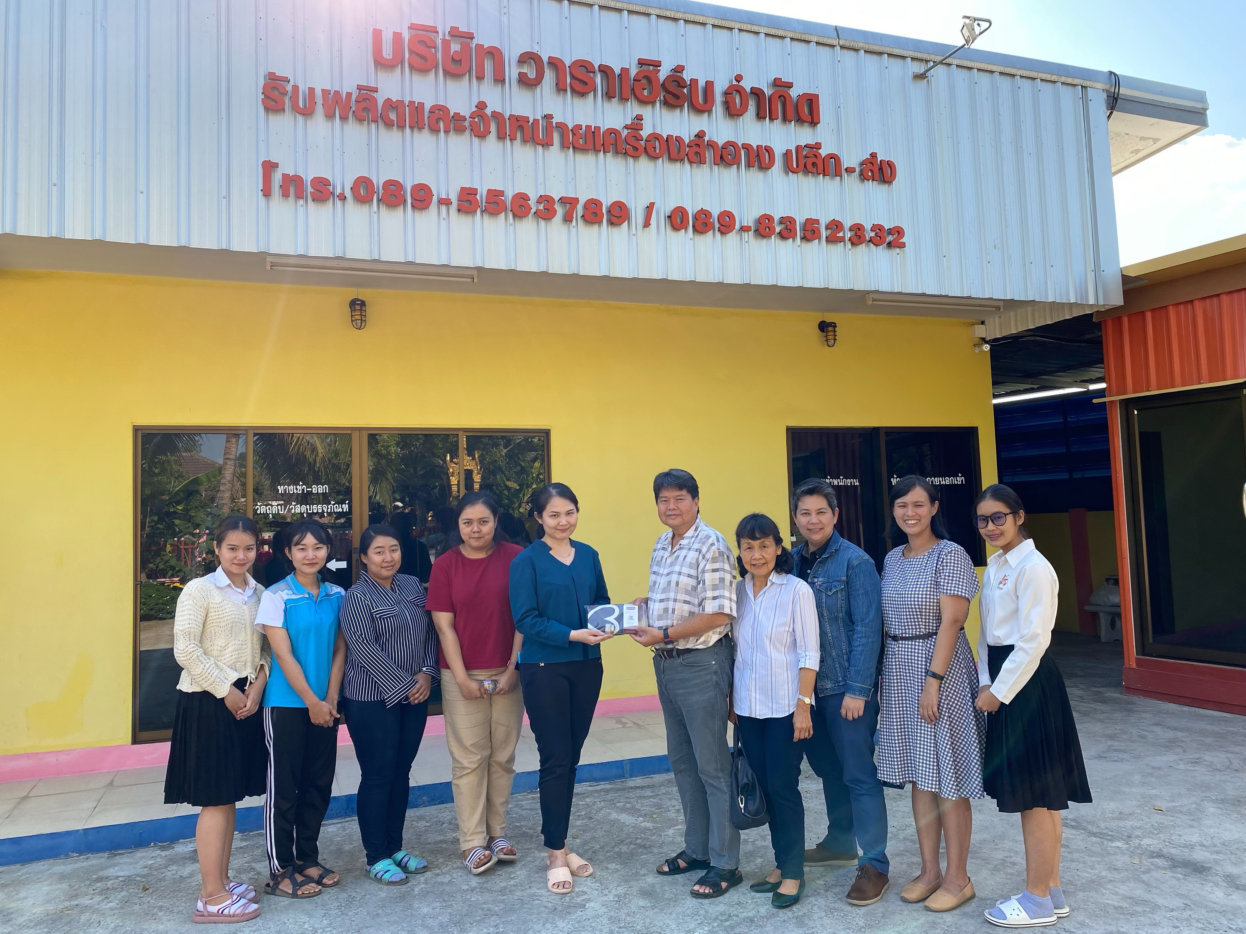 Professor Dr. Jiradej Manosroi and Professor Dr. Aranya Manosroi together with the staffs from Division of Cosmetic Technology, North – Chiang Mai University have visited the job training of the undergraduate students at Waraherb Co., LTD., Chiang Mai.
