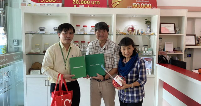 Mr. Somsak  Taratha, Chiang Mai Branch Director of the Central Laboratory (Thailand) Company Limited (CLT) has presented a New Year Gift to the Executives of Manose Health and Beauty Research Center on the occasion of New Year 2020