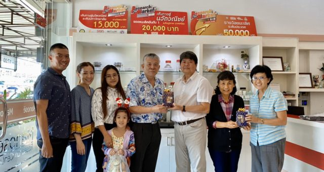 Dr. Narinthorn  Buranapreecha, the Research Department Director of Bangkok Lab & Cosmetic Co.,Ltd. and a former RGJ-PhD student at Faculty of Pharmacy, Chiang Mai University of Professor Dr. Jiradej Manosroi and Professor Dr. Aranya Manosroi, together with her family have visited and presented New Year gifts to the Executives of Manose Health and Beauty Research Center on the occasion of New Year 2020.